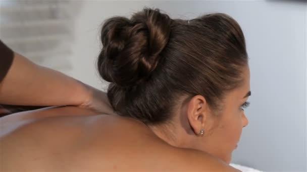 Ženské ruce masáže krku Zenske
