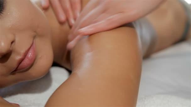 Ženské ruce masáže klienty rameno