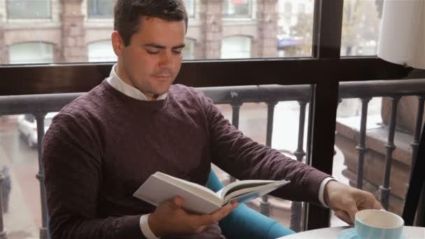 Ember elolvassa a könyvet a kávézóban
