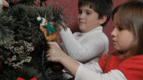 Kinder schmücken den Weihnachtsbaum