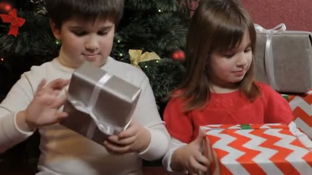 Kinder halten Geschenkboxen in den Händen