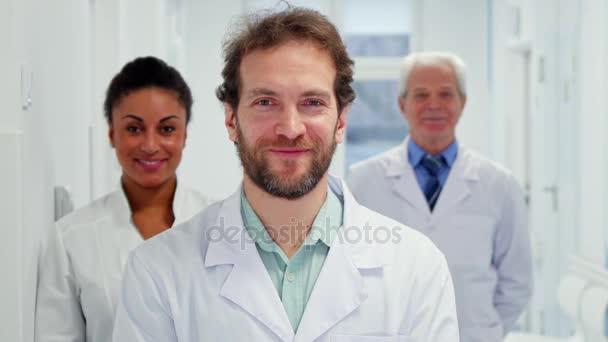 Arzt zeigt den Daumen nach oben