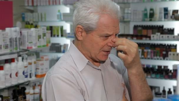 Männlicher Kunde fühlt sich in der Drogerie schlecht