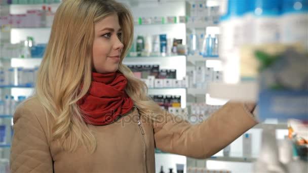 Kundin zeigt im Drogeriemarkt Daumen hoch