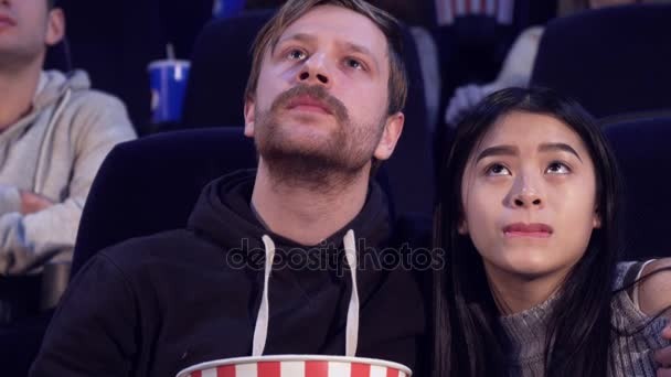 Ember magában foglalja a barátnője, a film-színház