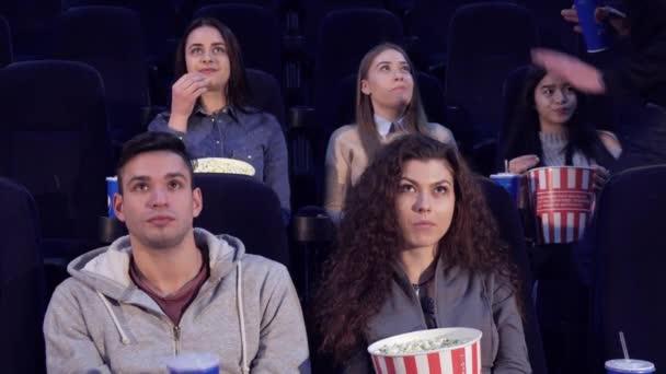 Mann nimmt seinen Platz im Kino ein