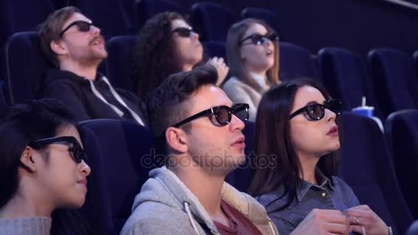 Menschen sehen 3D-Film im Kino