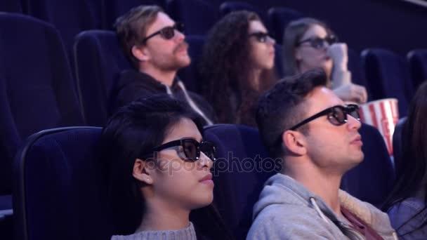 Menschen genießen 3D-Effekte im Kino