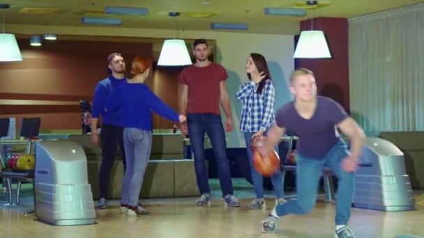 Přátel člověka můžeme plácnout po svém propuštění na bowling