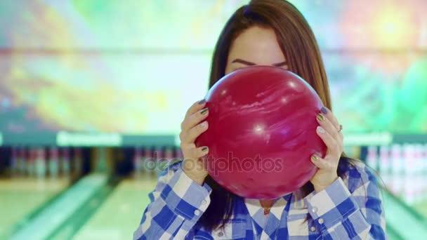Dívka vypadá zezadu bowlingovou kouli