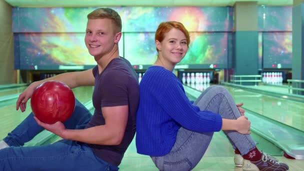 Chlapec a dívka Ukázat své palce na bowling