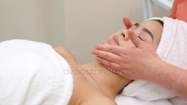 Masér massagges dívky tvář