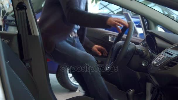 22e085fe5c109 L'homme attache sa ceinture de sécurité dans la voiture– séquence vidéo