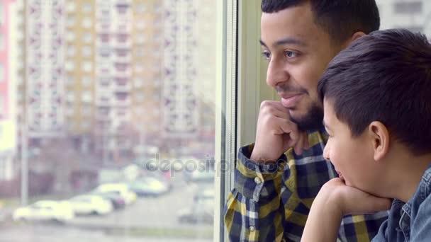 Otec se synem podívat z okna