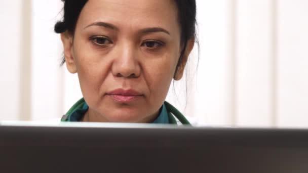 Cropepd Detailní záběr Zralé ženy lékaře pracují na přenosném počítači