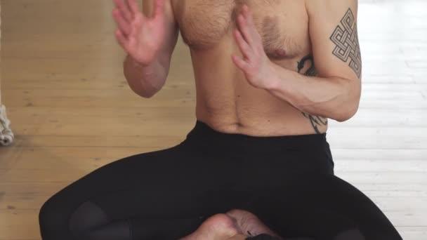 Pohledný mladý muž, meditoval v Jóga pozici zblízka