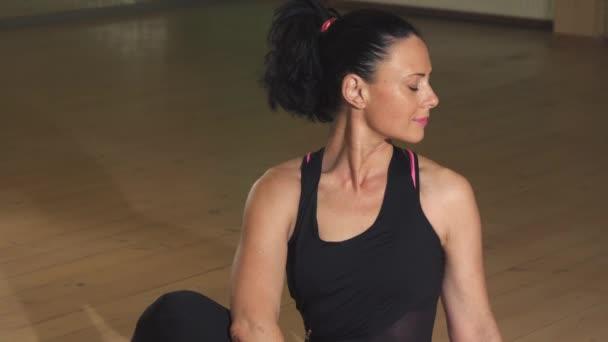 Happy nádherná uvolněná žena cvičení, sedí v Jóga asana pozice s úsměvem