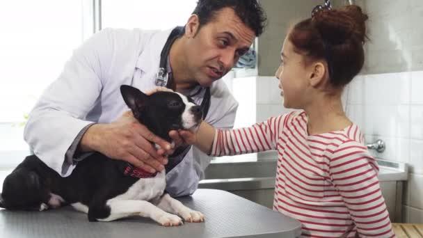 kleines Mädchen und ihr süßer Hund beim Tierarzt in der Klinik