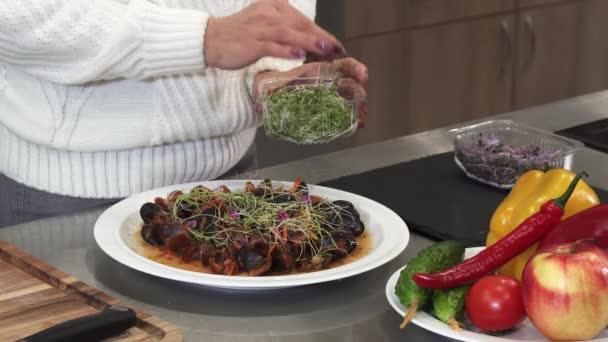 Oříznutá clsoe se ženy obloha lahodný pokrm s zelení vaření doma