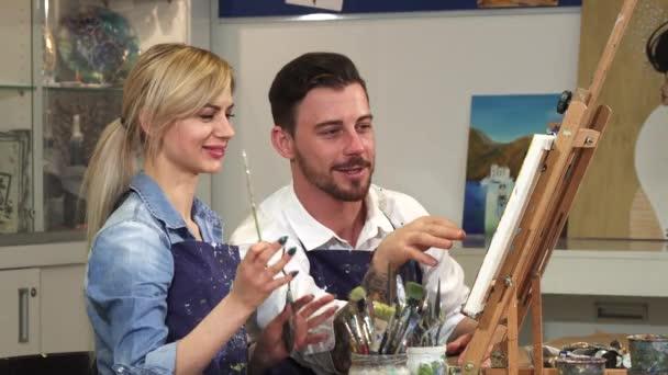 glückliches Paar beim gemeinsamen Malen eines Bildes bei einem Date im Kunstatelier
