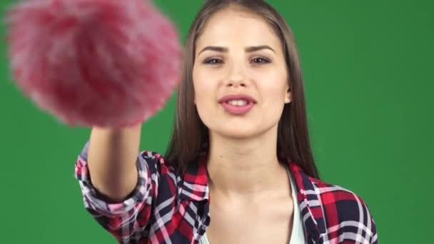 Zblízka sexy mladá žena šťastná, čištění obrazovky s prachovkou