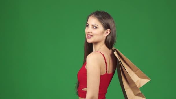Happy krásná žena s úsměvem hospodářství nákupní tašky ukazuje palec nahoru