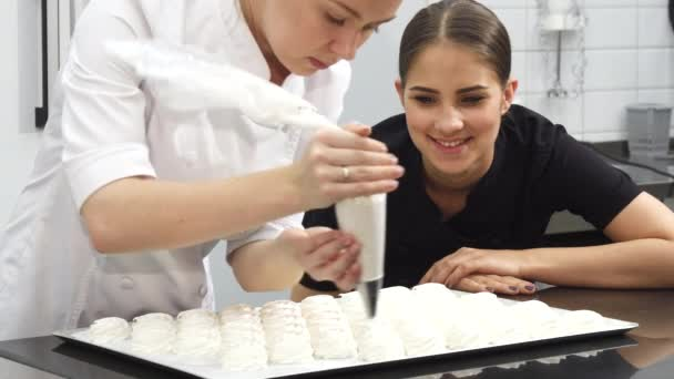 Gyönyörű fiatal nő cukrász mosolyog a kamerába-nél konyha-pékség