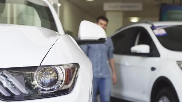 Mužských zákazníků, usmíval se při pohledu na nové auto u dealera