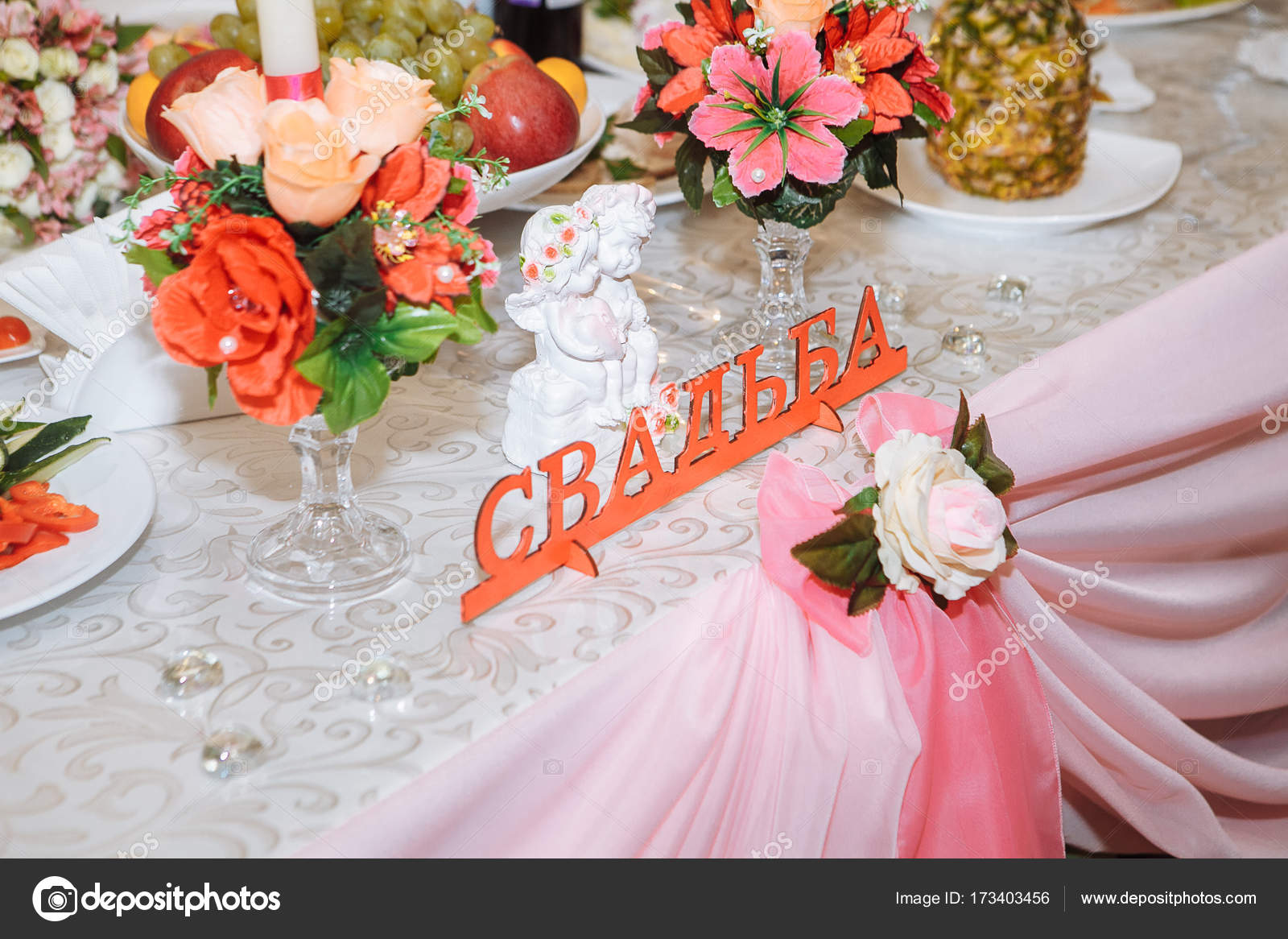 wedding table decorations. Flowers on vase on wedding table — Stock ...