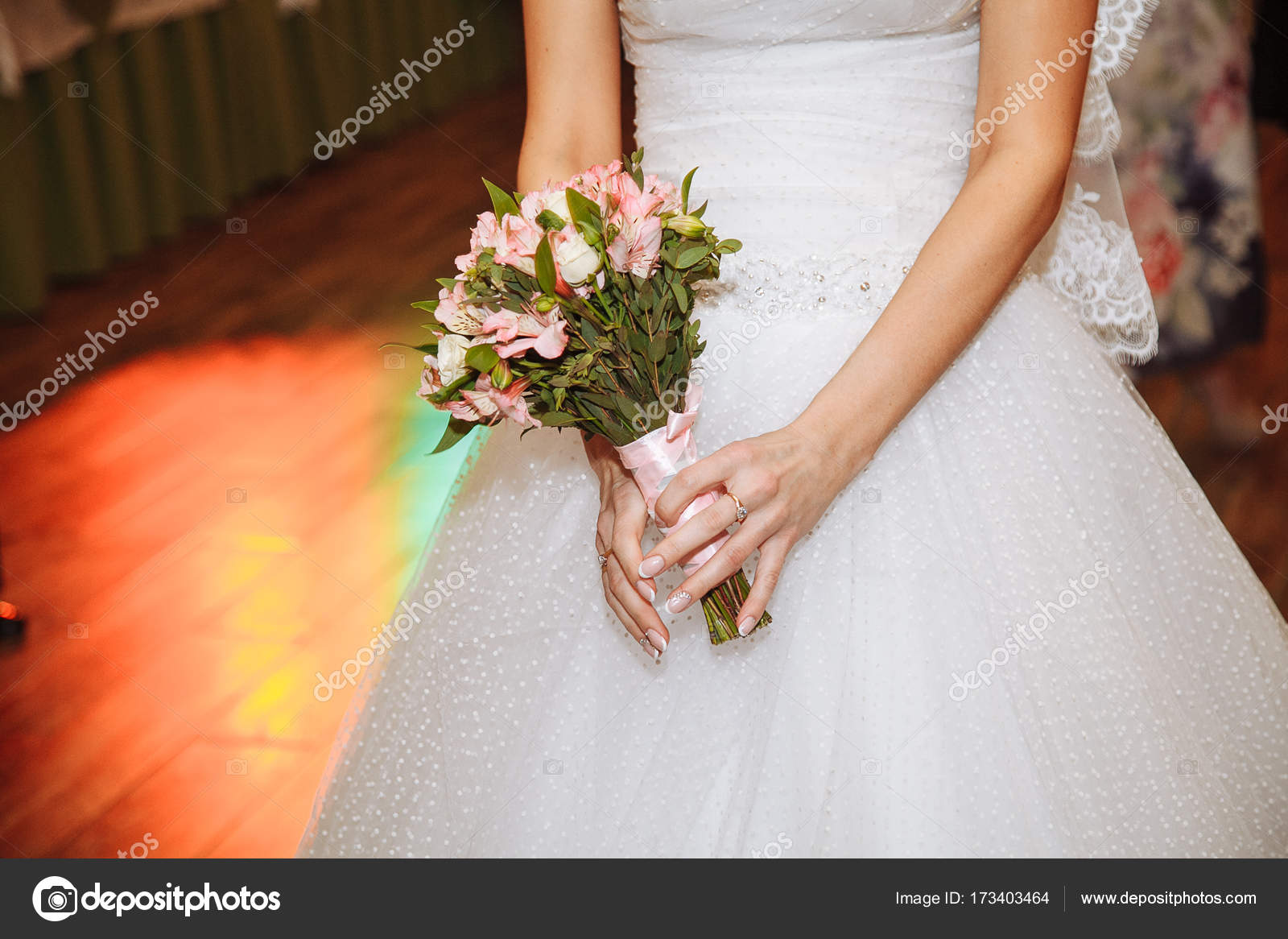 Bella novia en vestido de novia con el ramo de la boda, flores de ...