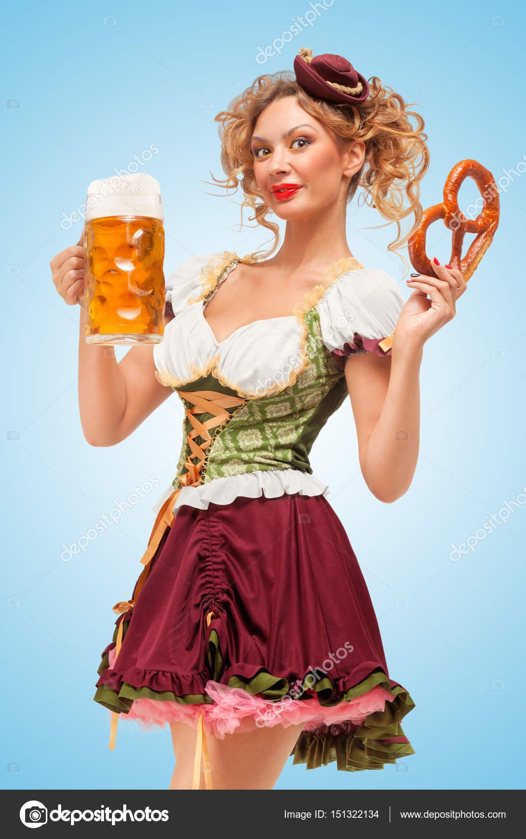 Bela garçonete sexy da Oktoberfest — Fotografia de Stock