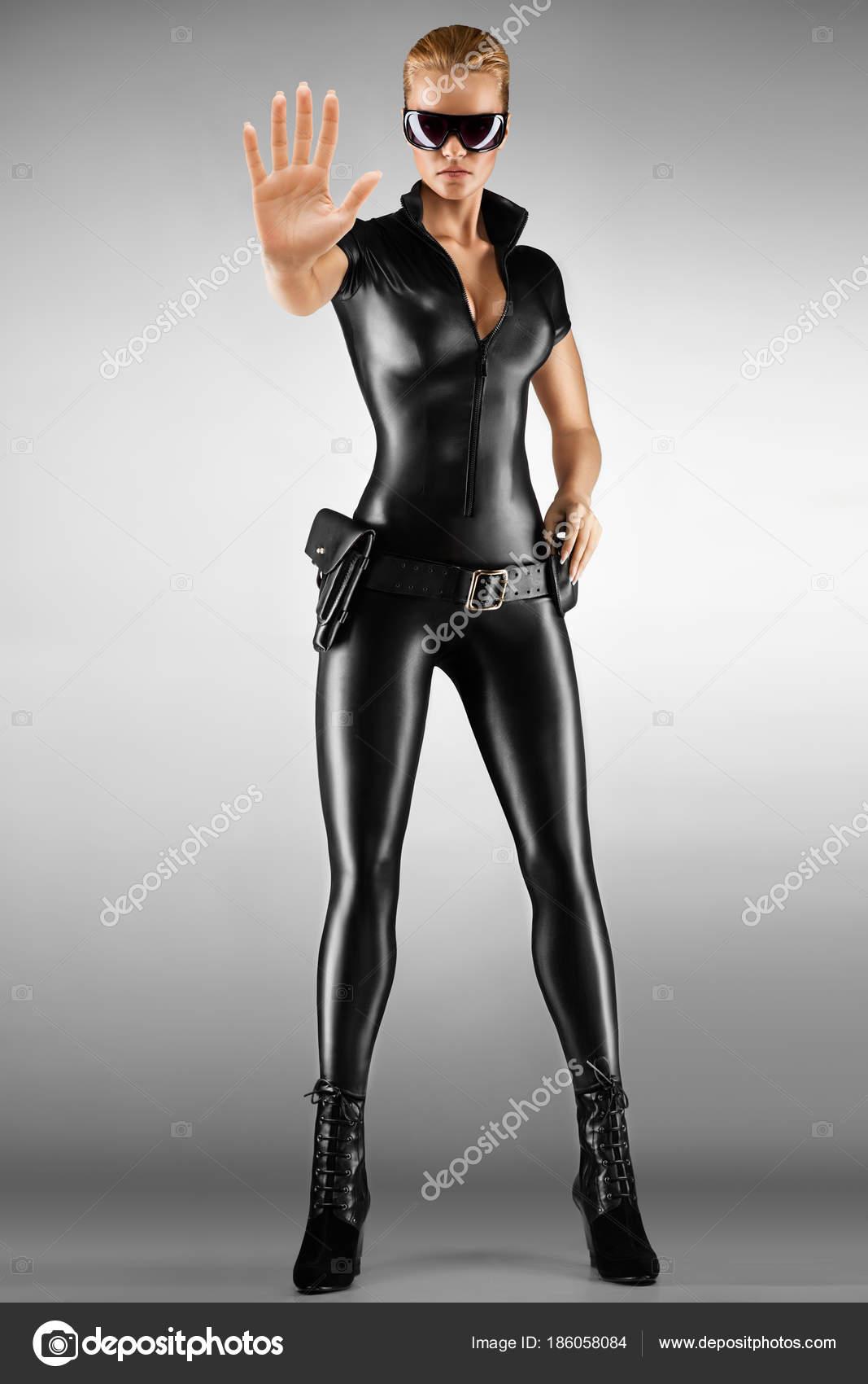 23b067bdb2fc Guarda Segurança Feminina Com Roupa Apertada Preta Sexy Com Pistola —  Fotografia de Stock