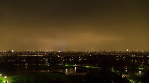 Krásné 4K UHD letecké noci timelapse video ohňostroje nad panoramatem města Amsterdam, Nizozemsko, na Silvestra (NYE)
