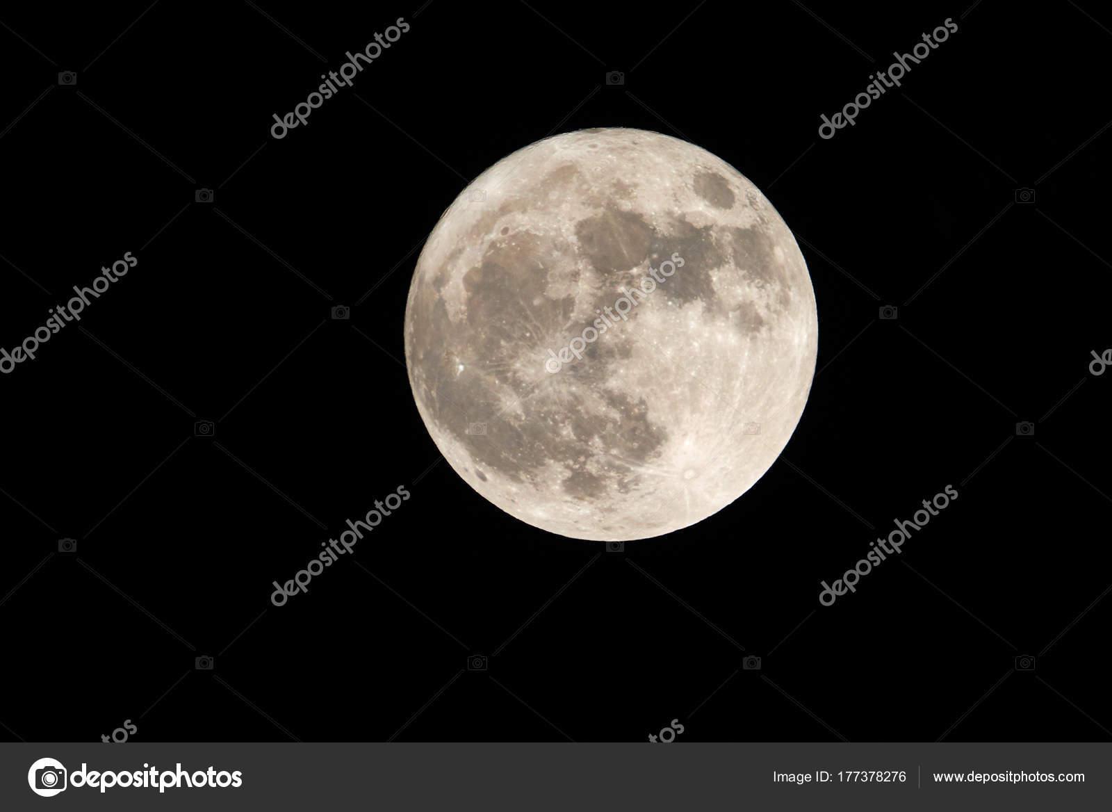 Строительный кран фоне полной луны супер луна является полнолуние.