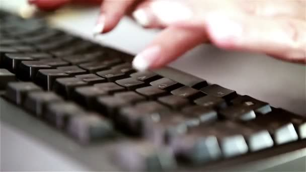 Upravené nehty, psaní na klávesnici počítače