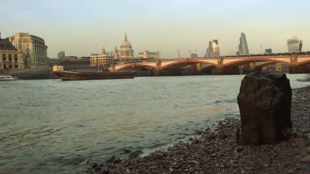 Odlivu na řece Temži, Londýn