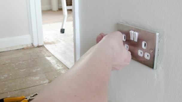 Elektriker: Entfernen der Uk Stecker Steckdose — Stockvideo © track5 ...