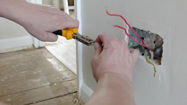 Elektriker: Vorbereitung der Drähte für ein Uk-Stecker-Steckdose ...
