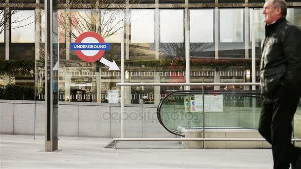 Pendolari di Londra alla stazione della metropolitana