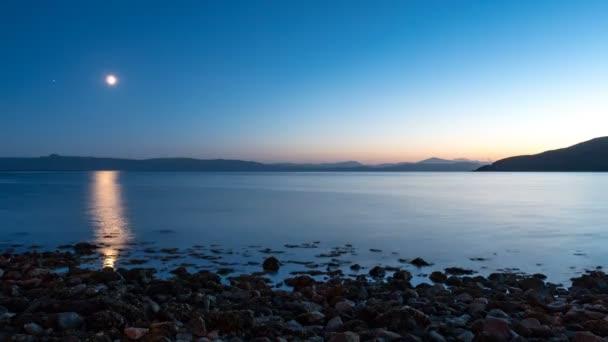 Applecross záliv a ostrov Skye v měsíčním světle. Čas zanikla 4k videozáznamu přes měsíčné Applecross Bay na západním pobřeží Skotska k Isle of Skye, který je vidět na obzoru