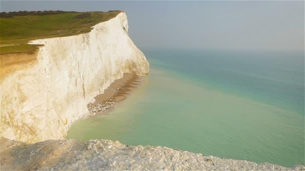 Bílé útesy Doveru. Pohled z horní části křídové útesy na jižním pobřeží Anglie vyhlíží za soumraku na klidné moře Lamanšského průlivu. Zpomalený pohyb.