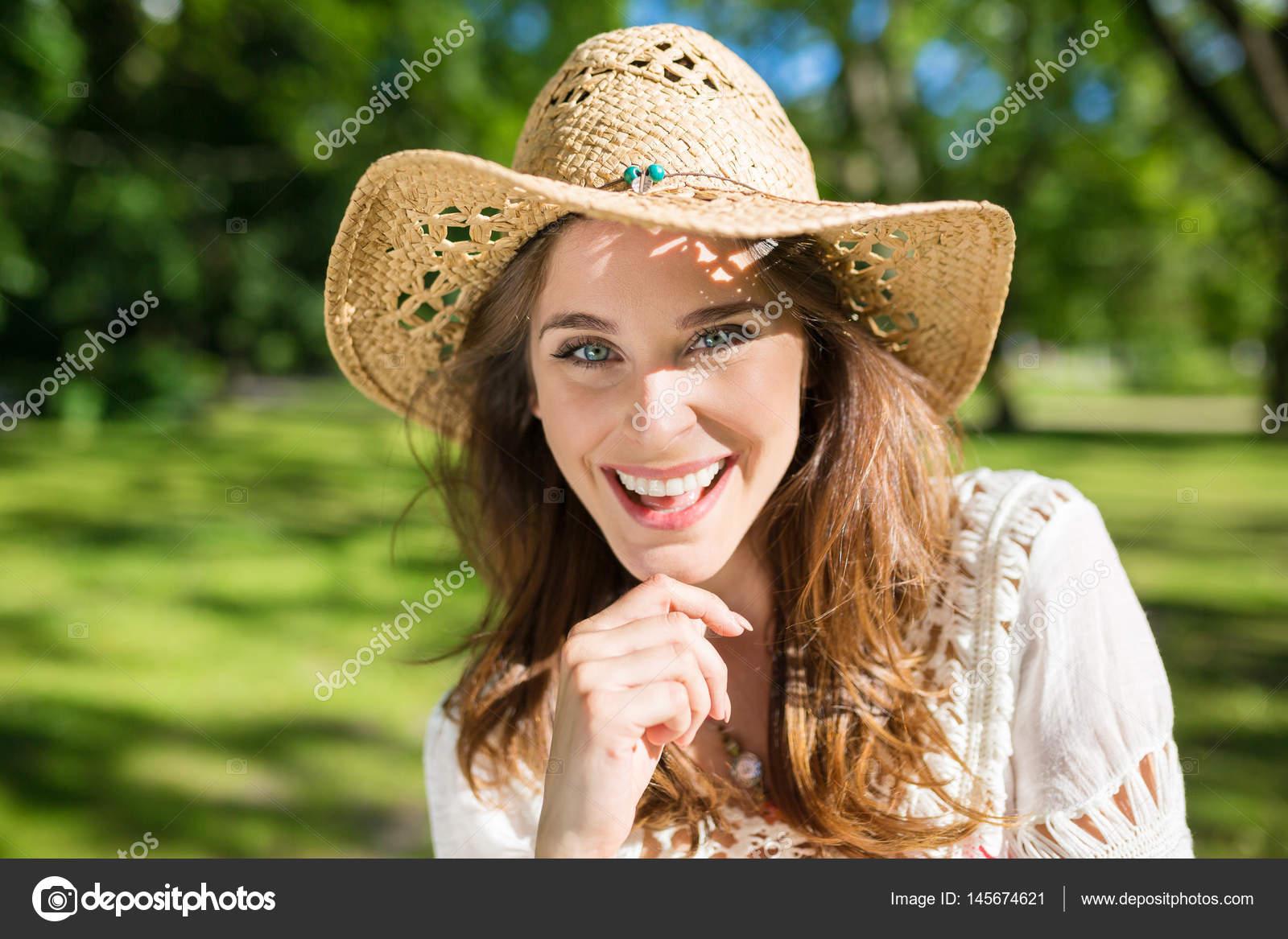 Hermosa mujer con sombrero Panamá fuera sonriendo — Foto de stock ... ae66a7faadd