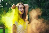 Bruneta žena stojící v oblak suchého prášku