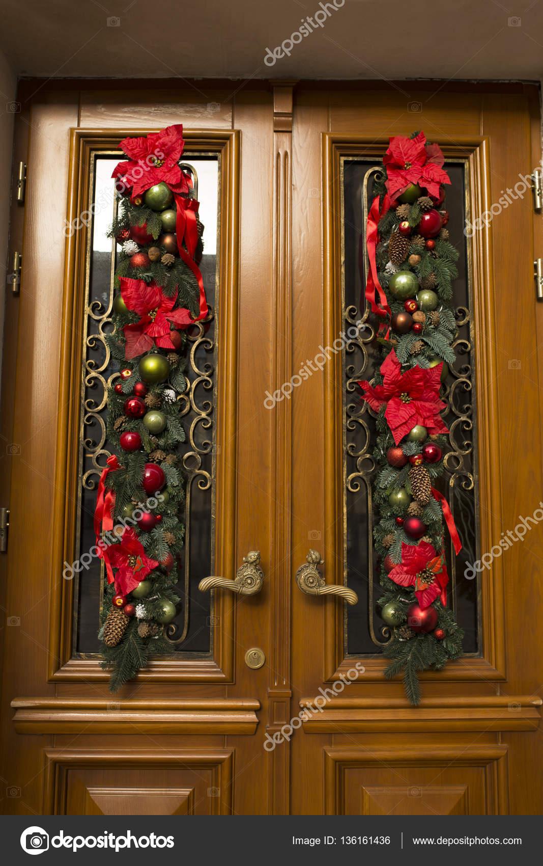 Puerta decorada de abeto flores y bolas decoraci n de navidad fotos de stock vika pavlyuk Puertas de madera decoradas