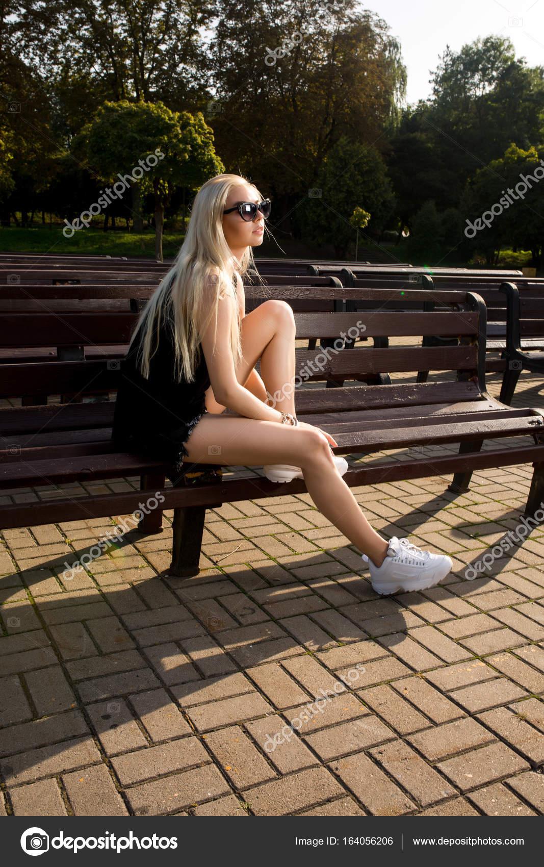 Развратники фото блондинка позирует на лавке порно
