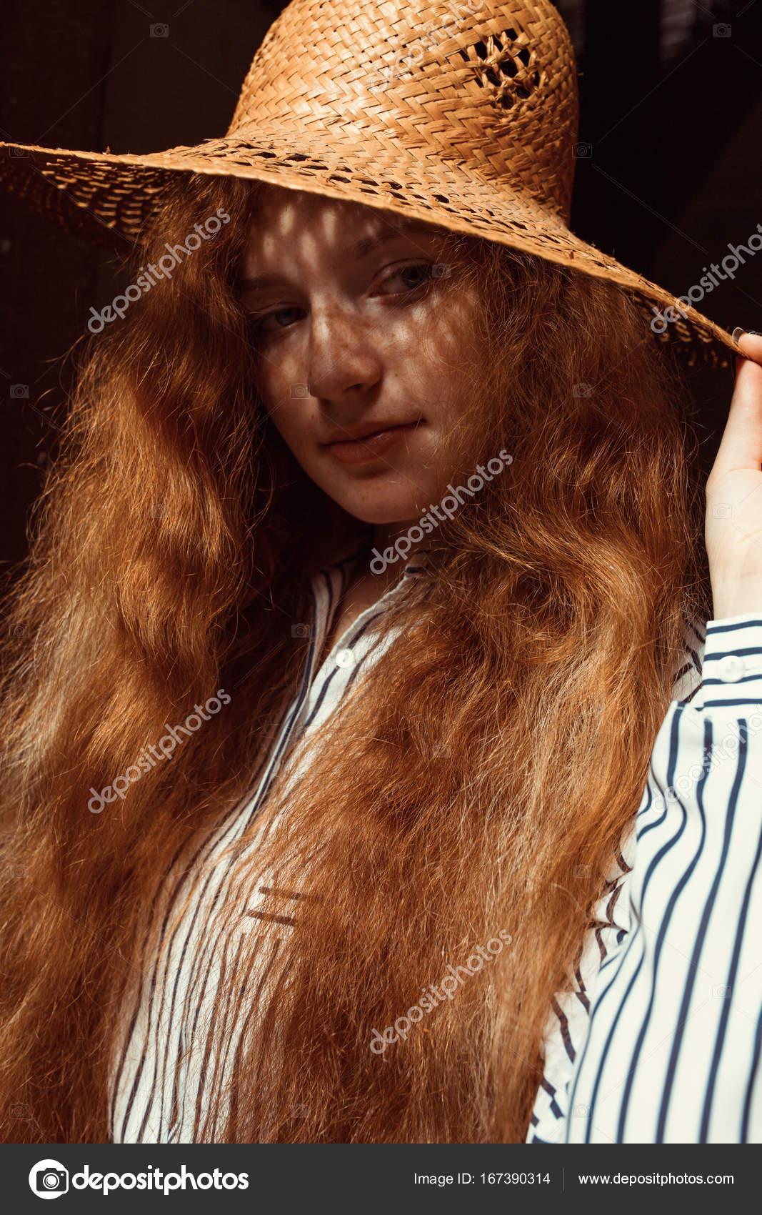Schöne Junge Roten Haaren Modell Mit Lange Gewellte Haare Im