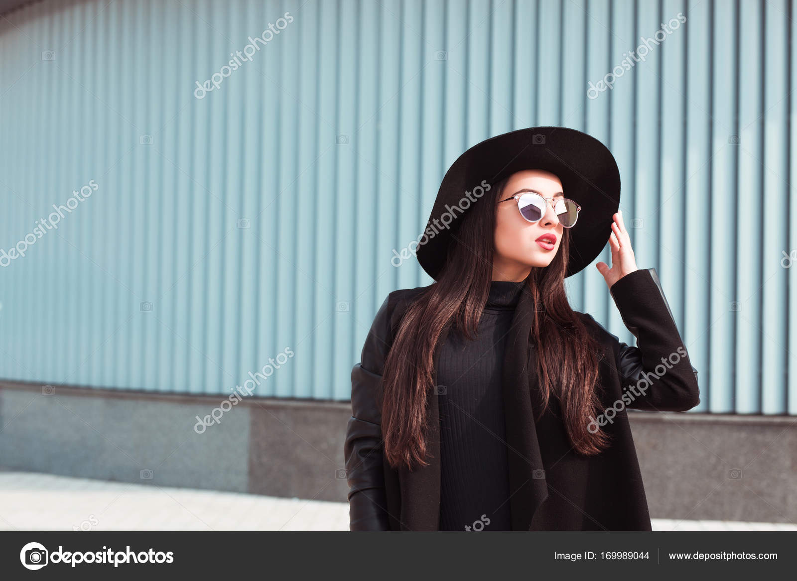 2d6aa7d93151 Donne Alla Moda Indossano Cappelli - Querciacb