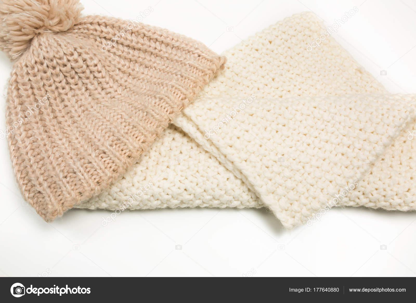 6cd9df4b1be6 Πλεκτό καπέλο και μεγάλα-πλεκτά κασκόλ που απομονώνονται σε λευκό φόντο —  Εικόνα από ...