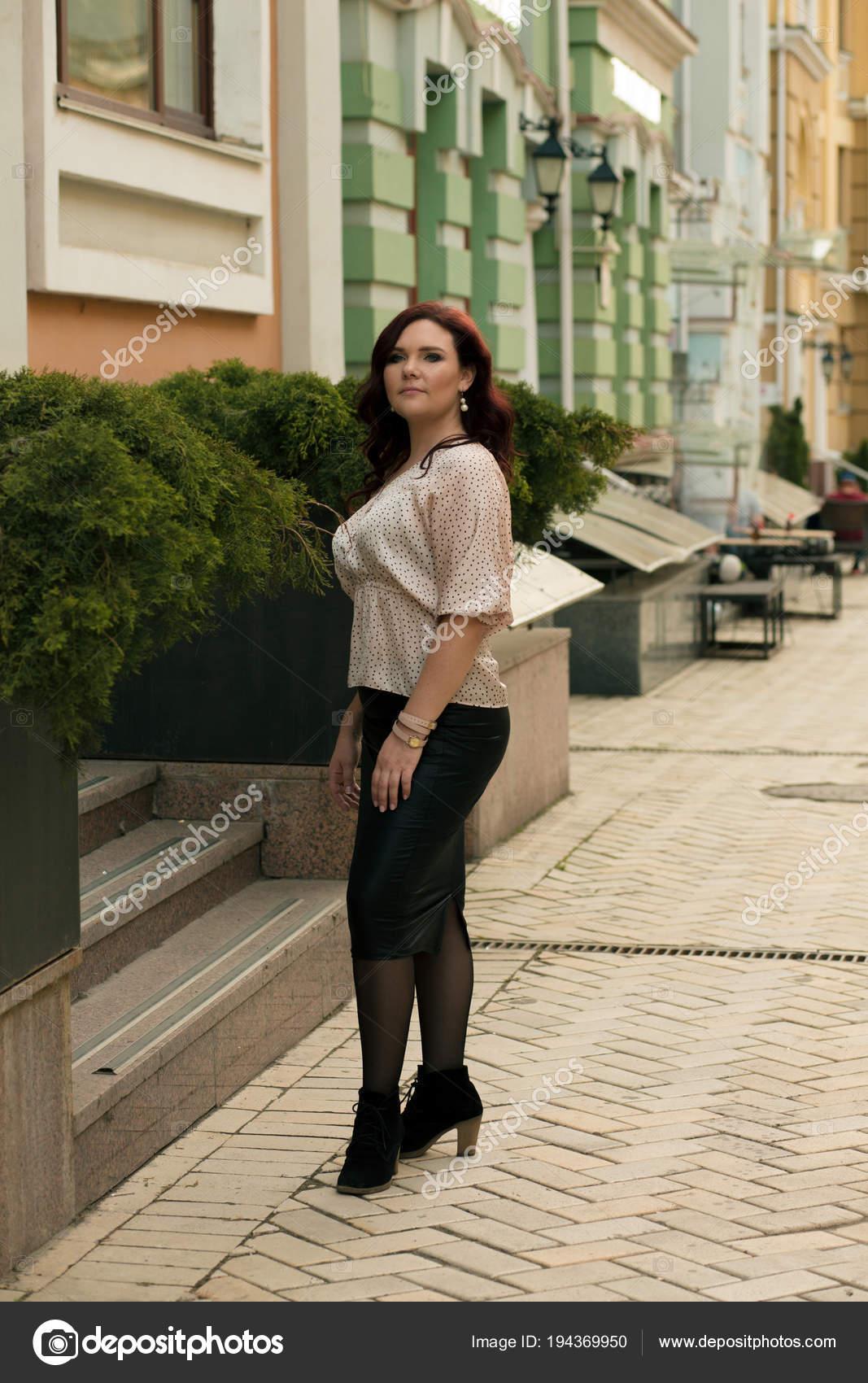 e27e74a5a Preciosa señora madura vistiendo Moda blusa y falda, en — Foto de ...