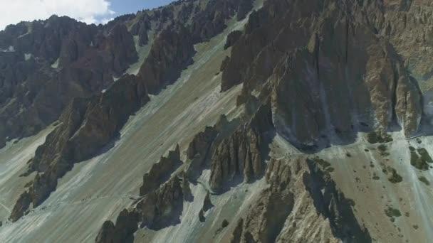 Annapurna Circuit túra, út a hegyvidéki ritkaság lejtőjén sziklák között, Nepál